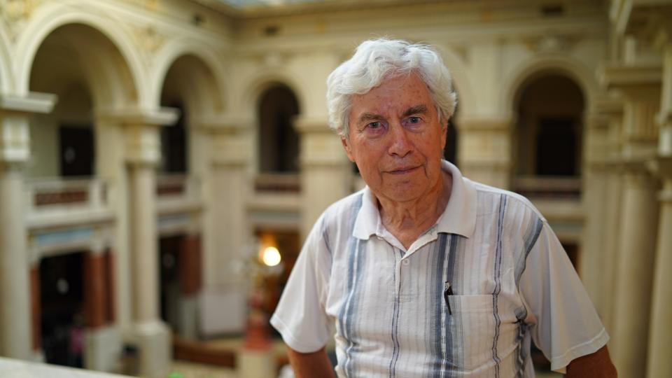 Jiří Grygar v knihově Akademie věd